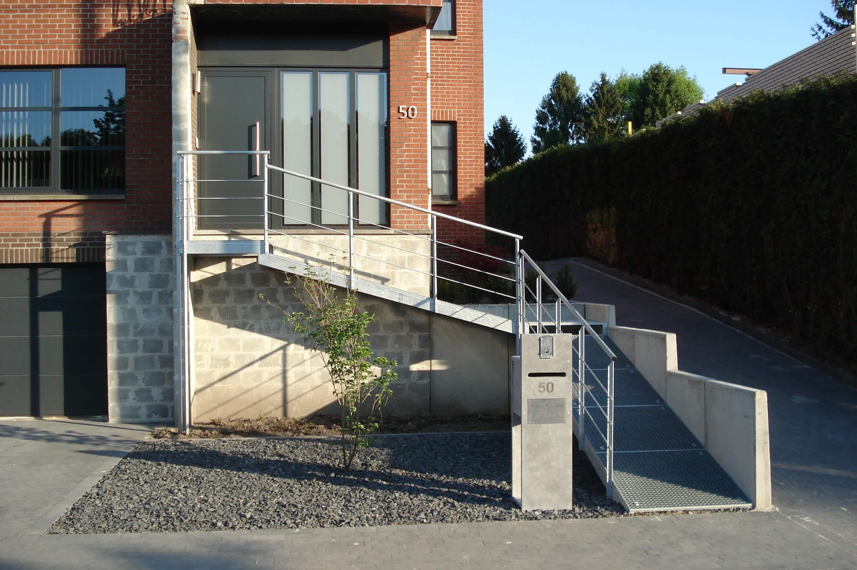 Metalen loopbrug naar voordeur