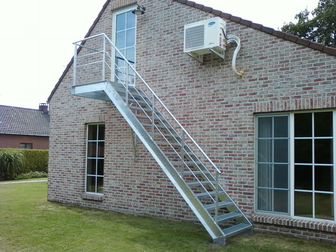 Metalen brandtrap met terras aan herberg caf metaalwerken limburg trappen hekwerk poorten - Metalen trap ...