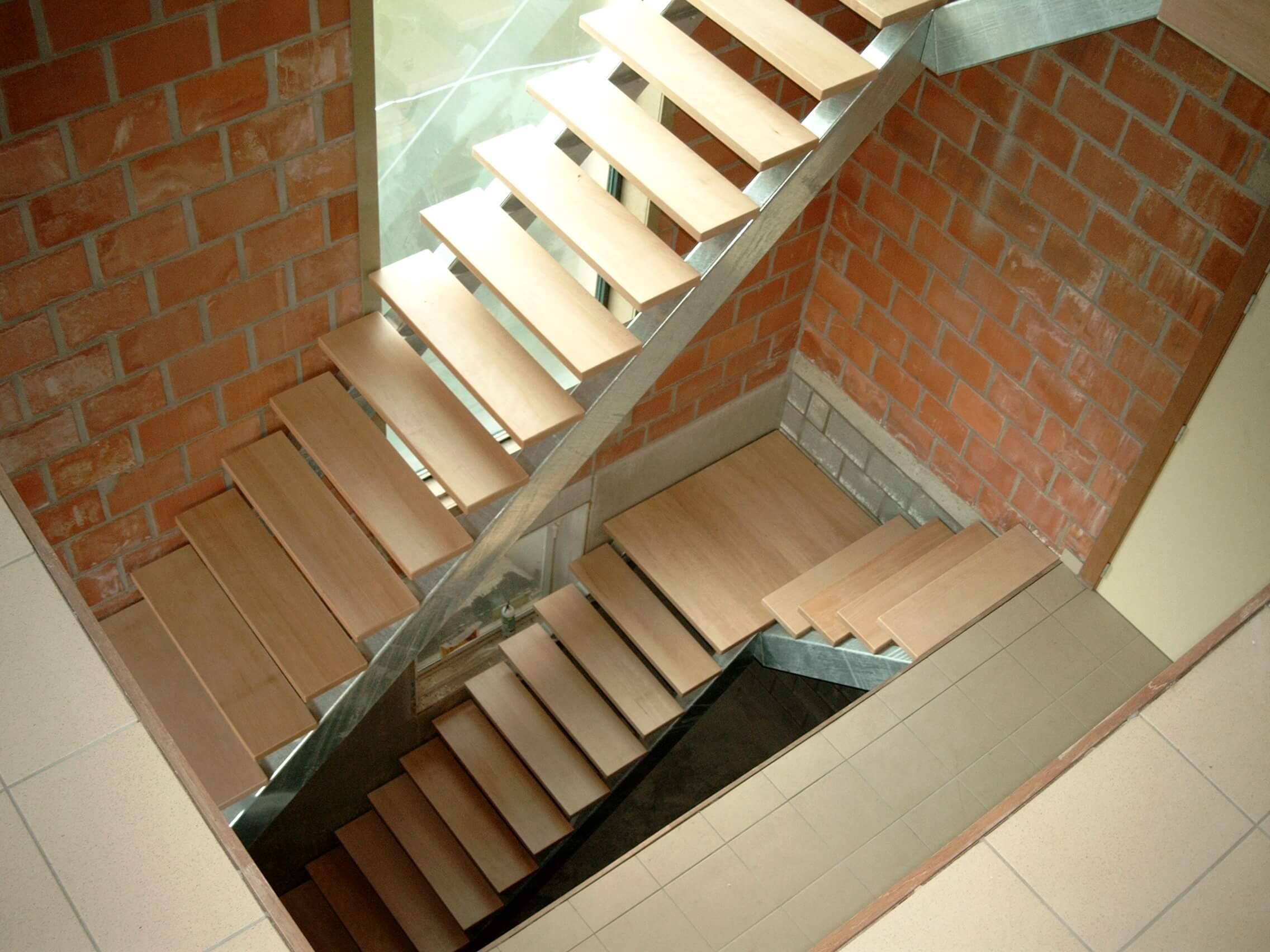 Metalen loopbrug naar voordeur metaalwerken limburg trappen hekwerk poorten leuningen - Metalen trap ...